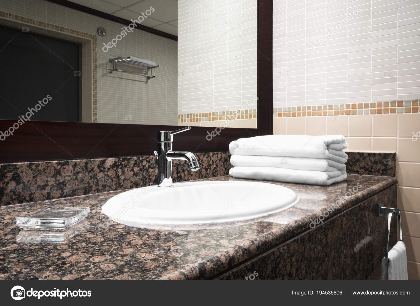 Mesa Para Lavabos Modernos.Bano Lujo Redwood Clasico Interior Con Blanco Estilo Moderno