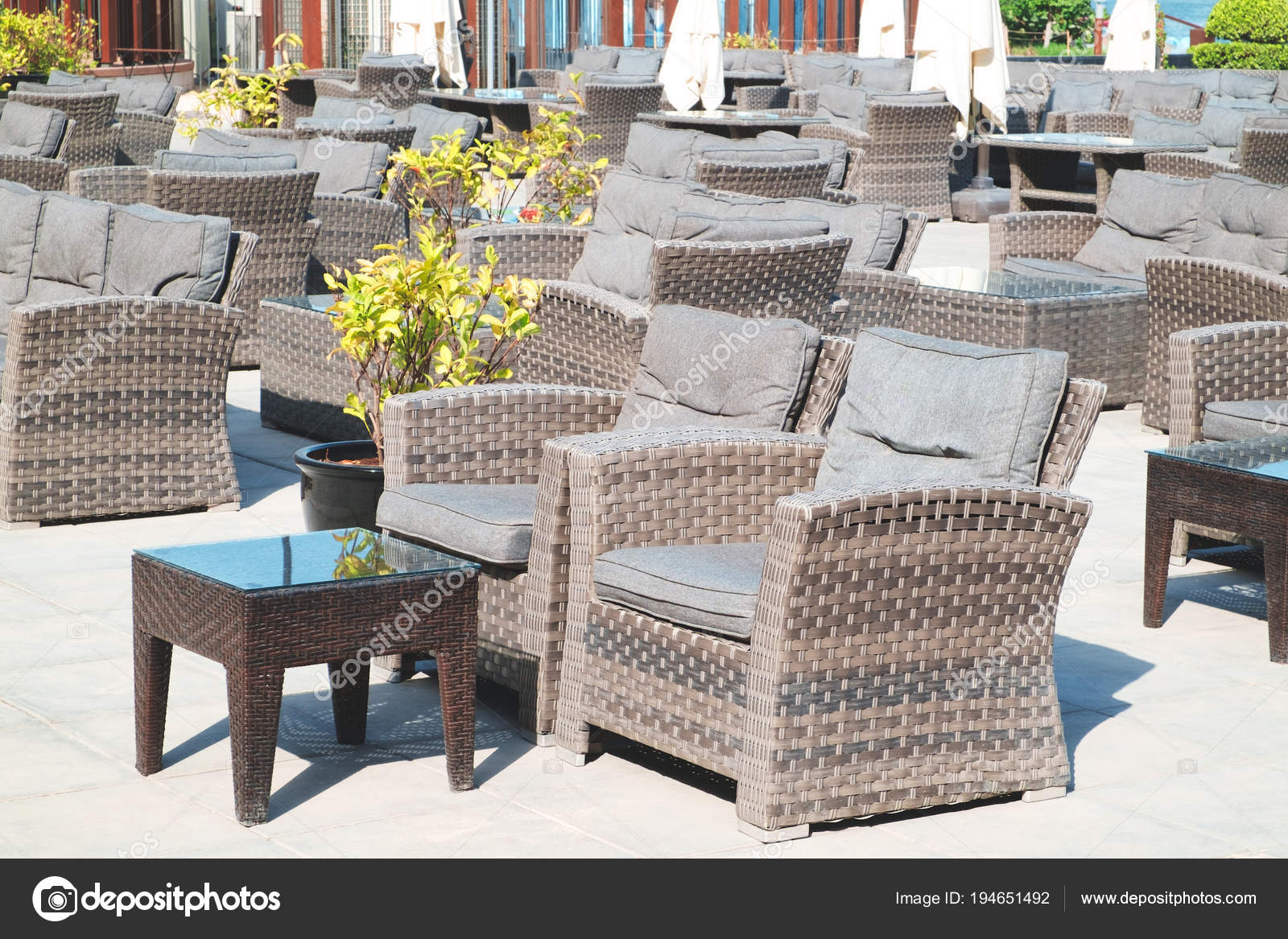 Terraza Lounge Con Sillones Mimbre Con Vistas Mar Resort