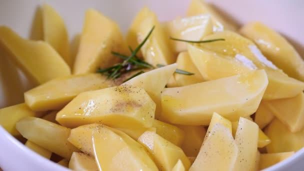Připravené rozmarýnové brambory jsou pokapané olivovým olejem
