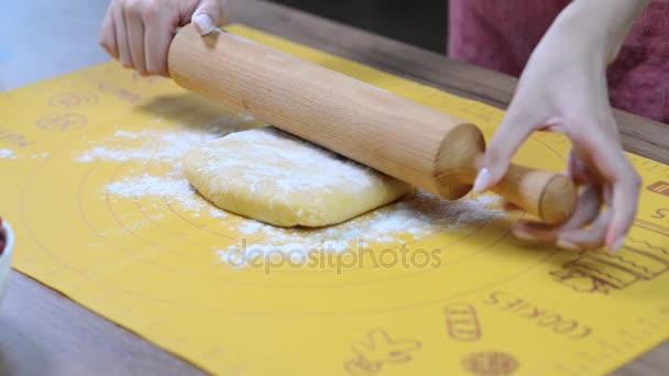 Baker, Kneten Teig mit Nudelholz auf Tisch