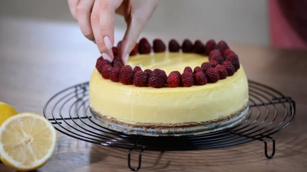 Domácí tvarohový koláč New York. Ozdobit tvarohový koláč New York Malinová