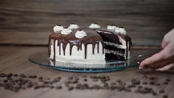 Pohled shora ženské ruční pořizování kus lahodný čokoládový dort.