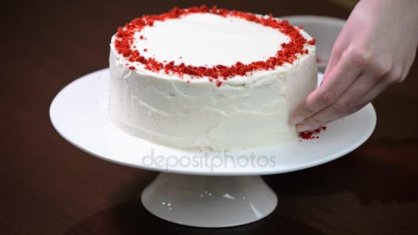 Díszíteni a tortát Red Velvet.