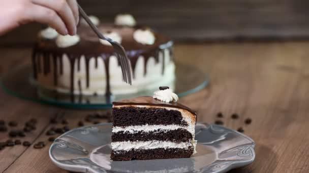 Jíst kousek čokoládového dortu s folkem