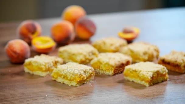 Domácí meruňkový koláč na stole. Žena jí kus lahodný meruňkový koláč