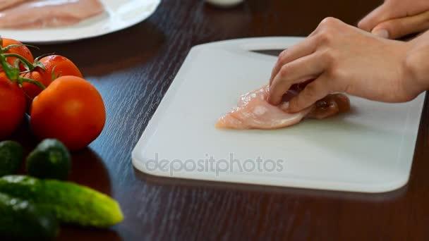 Kuřecím masem řezání žena na stole