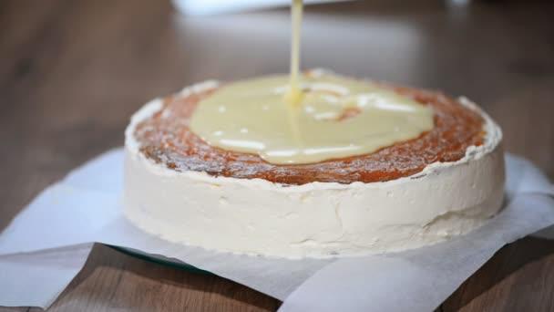 Vlijte rozpuštěné bílé čokolády na dort