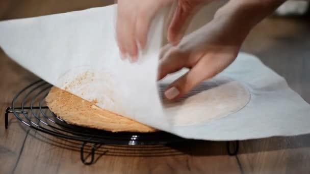 Ženské ruce atlast pergamenový papír z dortu