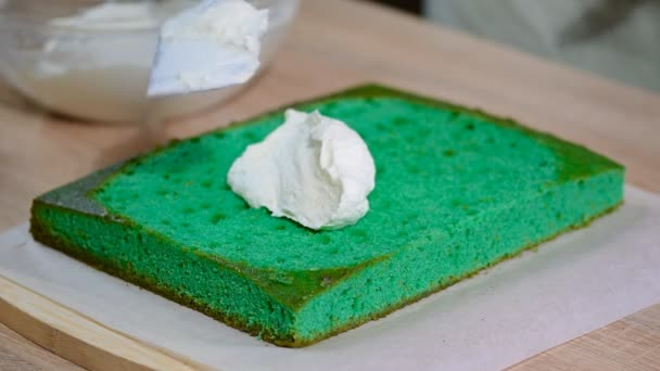 Žena ruku dal šlehačkou na dortu kůra