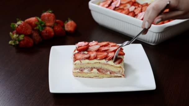 Domácí jahodové tiramisu s mascarpone. Tradiční italský dezert