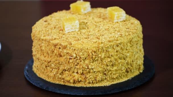 Zdobí dort čerstvý domácí med Medovik