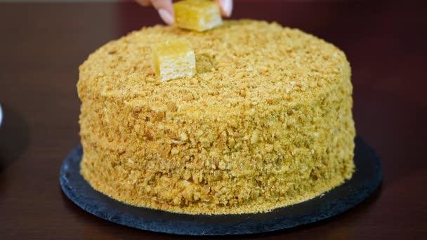 Díszíteni a friss házi mézes sütemény Medovik