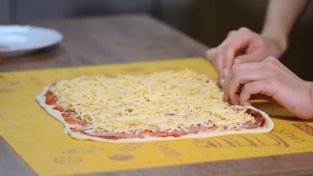 Vaření domácí italskou pizzu roll.
