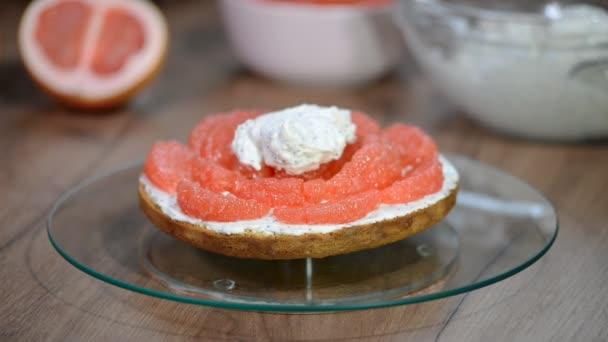 Žena ruku dal šlehačkou na dortu grapefruit