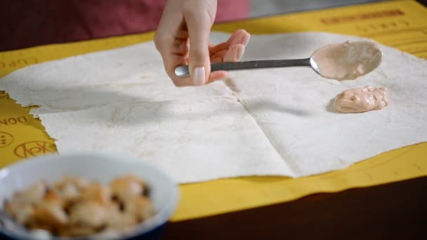 Dejte omáčku na chléb pita. Vaření Shawarma