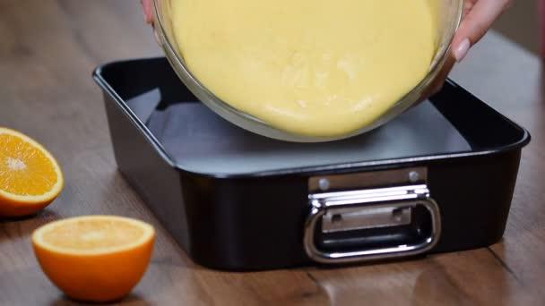 Női kezek hozzáadása tésztát sütés-csészébe. A konyha főzési folyamat