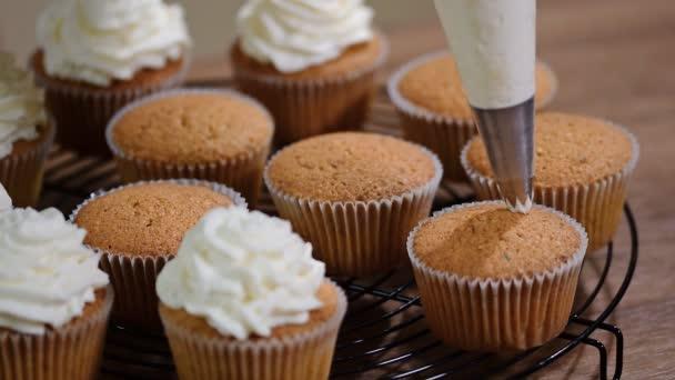Tasse Kuchen Mit Sahne Verzieren Schuss Von Frauenhand Buttercreme