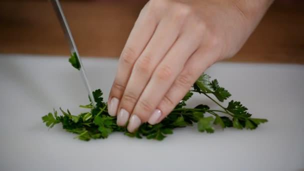 Ženské ruce nasekané petrželky