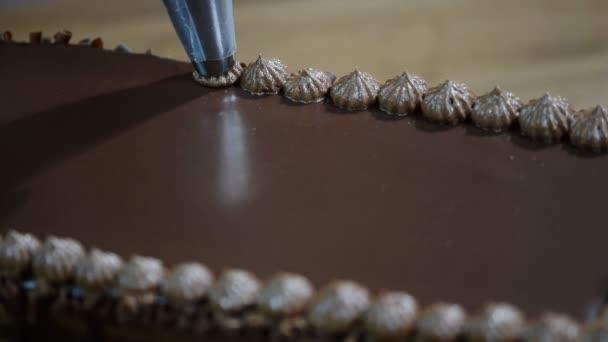 Zdobení dort s čokoládovou smetanou