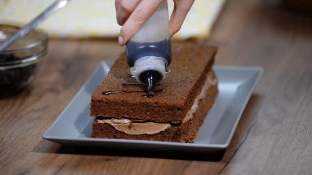 Pečivo kuchař cukrář v kuchyni sestavit čokoládový dort