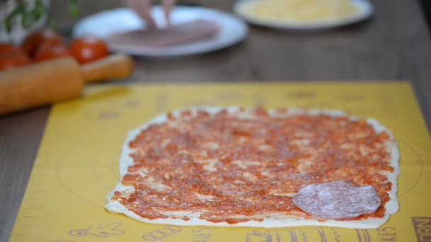 Cook uvedení salám nad mozzarella na syrové pizza detail