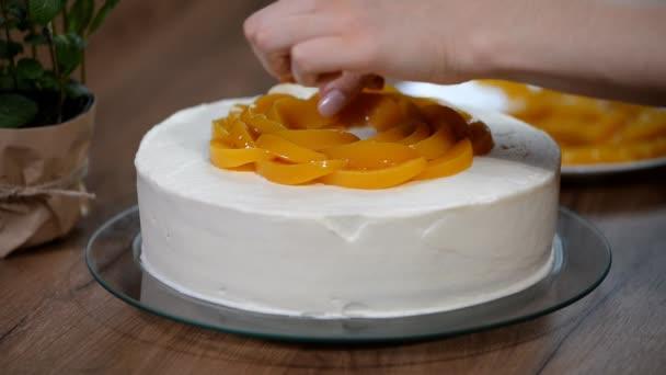 Žena ruku dal broskev na koláč krustou
