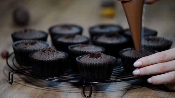 Pečení cupcakes. Košíčky plněné čokoládou.