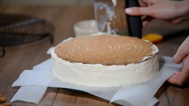 Překrývání vrstvy dortu. Takže dort s buttercream plnění