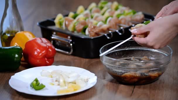 Zavěšování grilování grilované kuře na špízu za slavnostní jídlo