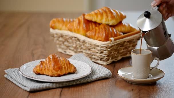 Tradiční snídaně s čerstvými croissanty a káva