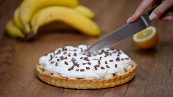 Panna montata Banoffee pie con banane, crema, cioccolato. Torta banoffee pezzo di taglio