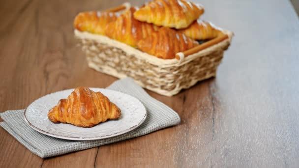 croissant a šálek espressa