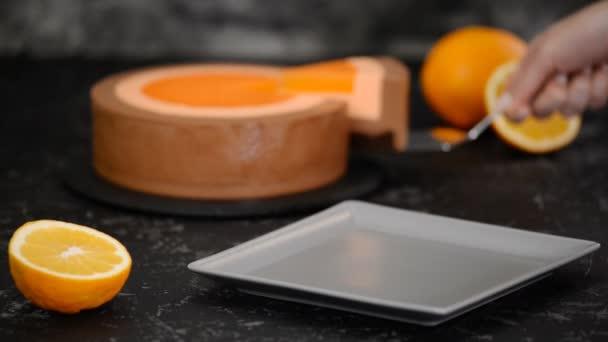Kousek pomerančové čokoládové pěny.