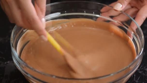 Cukrář míchat Čokoládový mousse.