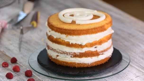 Šéfkuchař peče lahodný vrstvený dort. Mňamkový dezert na prázdninové párty.