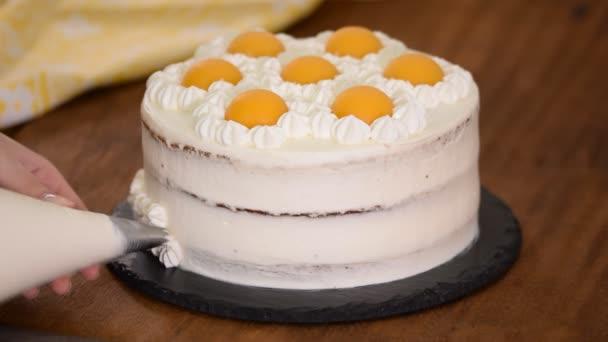 Dělám dort v kuchyni. Koncept domácího pečení.