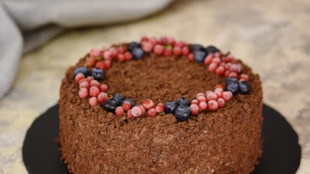 Francouzský čokoládový napoleonský dort z listového těsta s pudinkem. Dekorovaný dort s bobulemi.