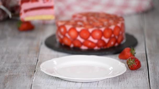 Jahodový pěnový dort. Domácí jahodový dort s čerstvými bobulemi.