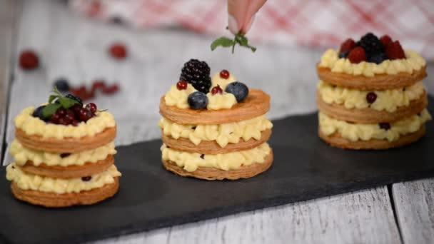 Francouzský dezert millefeuille z listového těsta a pudinkového krému.