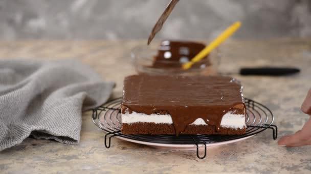 Čokoládová poleva nalévající na dort. Cukrárna prosklené dort.