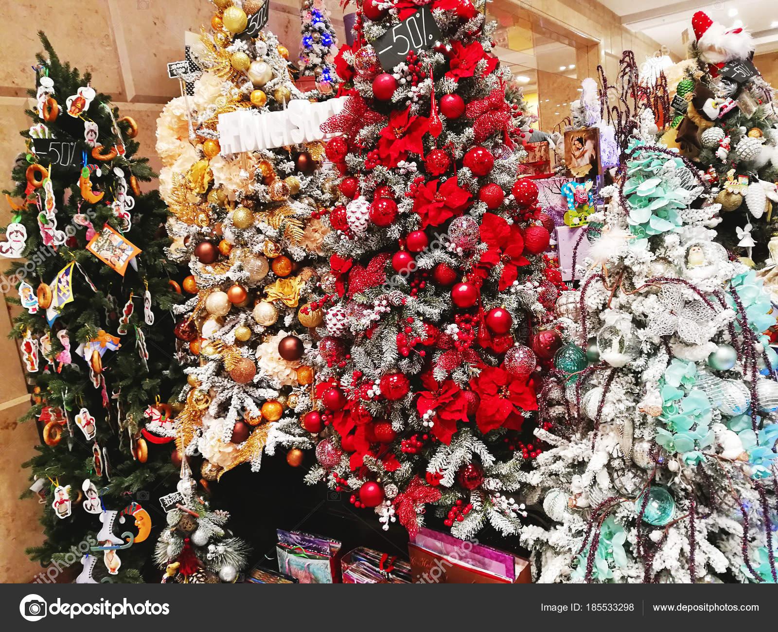 Immagini Di Alberi Di Natale Decorati.Multicolori Alberi Di Natale Decorati Con Palline Fiori E T
