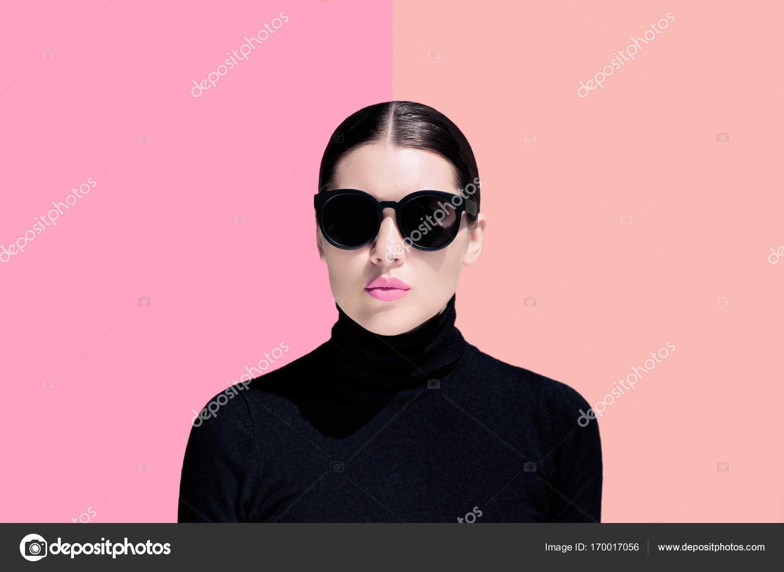 3024ef74ba Moda ritratto di giovane donna con occhiali da sole neri — Foto ...