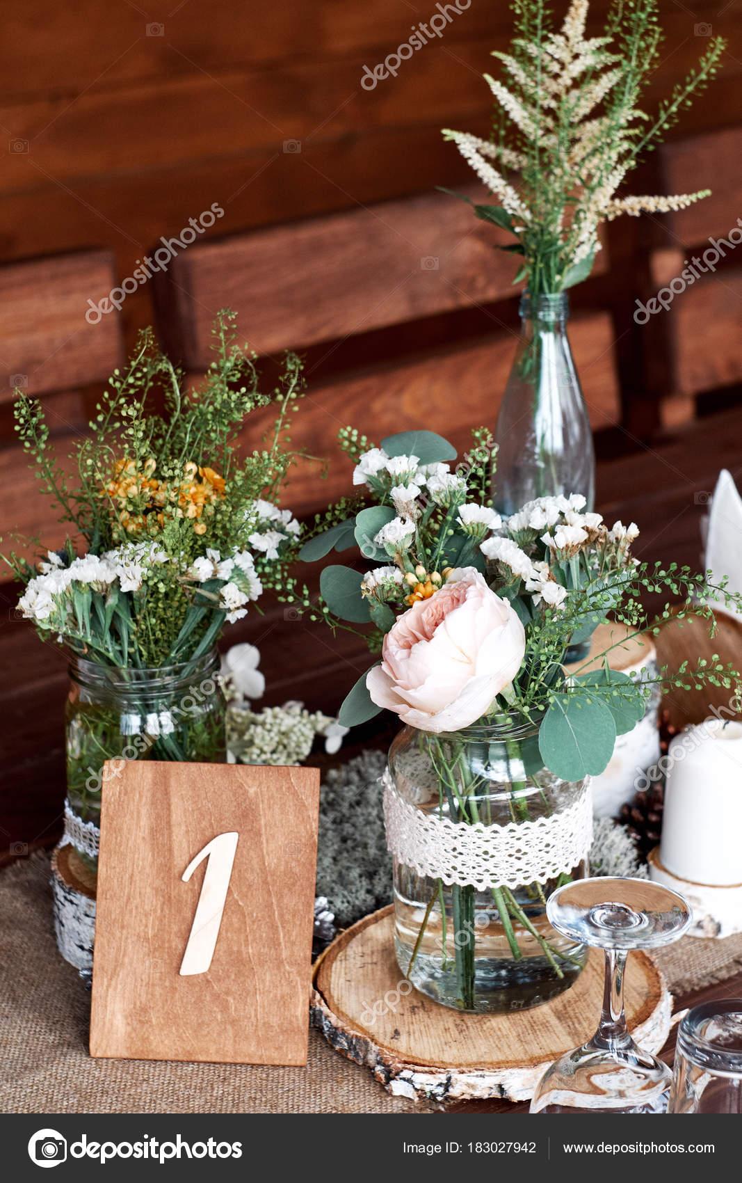 Decoration Table Avec Des Fleurs Fraiches Dans Des Jarres Bougie