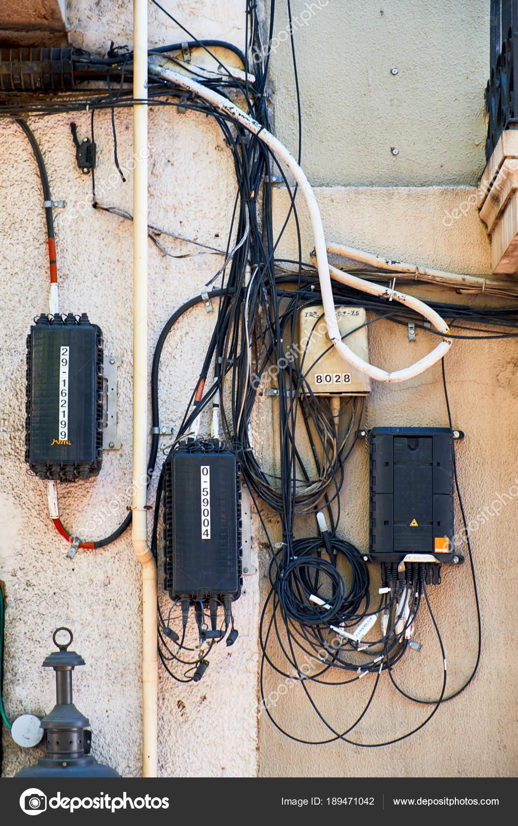 Staubige alte elektrische Draht oder Kommunikation Kabel auf eine ...