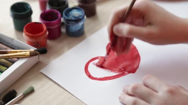 Dívka nakreslí srdce na Valentýna