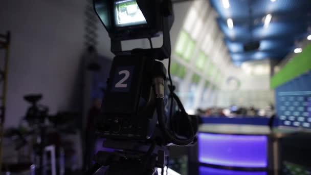 Záznam hlavní redakce zpravodajství ve večerních hodinách. rozostření pozadí
