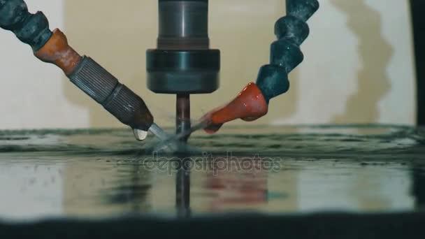Stroj na frézování. Řezání kamene