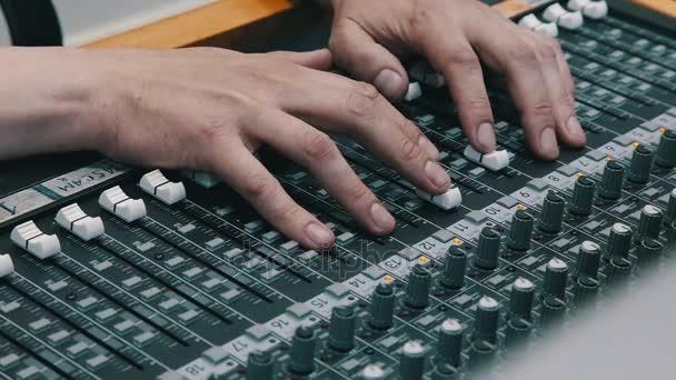 Tonregisseur für die Fernbedienung während der Live-Übertragung