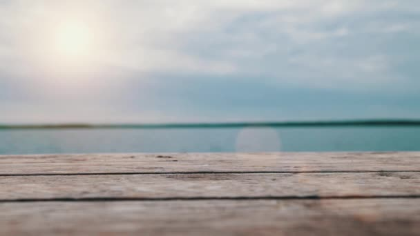 Staré dřevěné molo v létě
