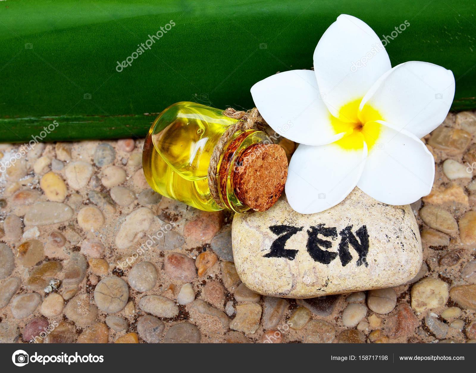 Decoration De Spa à décoration du spa avec de l'huile de massage, pierre zen et fleur de